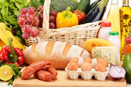 alimentacion balanceada: Productos comestibles variados como verduras frutas vino de pan de carne y leche