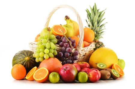 canastas con frutas: Variedad de frutas en la cesta de mimbre aislada sobre fondo blanco Foto de archivo