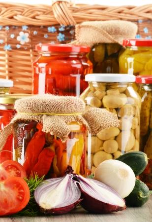 PICKLES: Composición con los tarros de conservas vegetales. Alimentos marinados