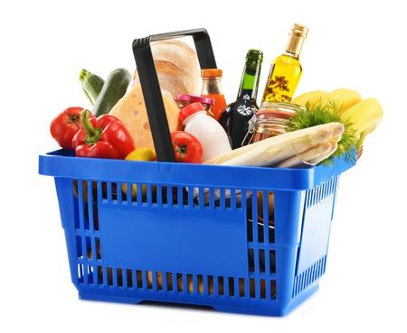 canasta de frutas: Compras de pl?stico cesta con variedad de productos comestibles aislados en blanco