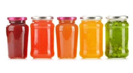 白の背景に分離したフルーティーなジャムの瓶。フルーツ 写真素材