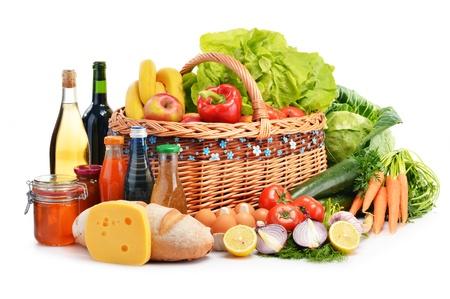 alimentacion balanceada: Composición con variedad de productos comestibles aislados en fondo blanco