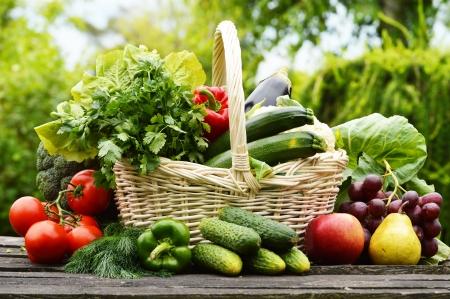 br�coli: Vegetales org�nicos frescos en la cesta de mimbre en el jard�n