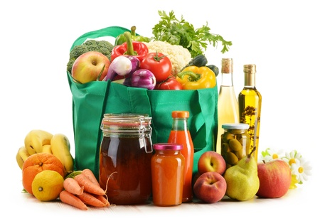 groceries: Bolsa de la compra verde con productos comestibles en el fondo blanco