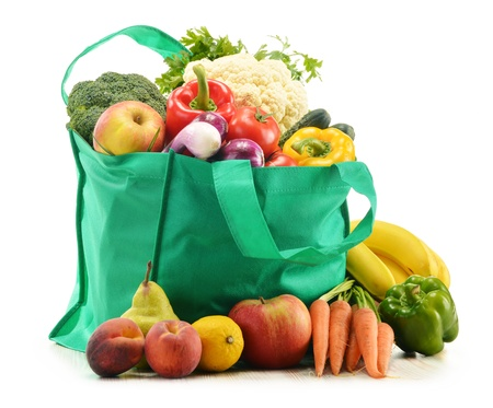 alimentacion balanceada: Bolsa de la compra verde con productos comestibles en el fondo blanco