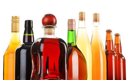 bebidas alcohÓlicas: Bebidas alcohólicas clasificadas aisladas sobre fondo blanco