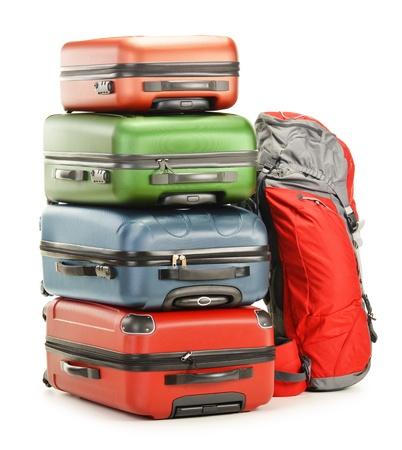 Bagage bestaande uit grote koffers en rugzak op wit wordt geïsoleerd Stockfoto