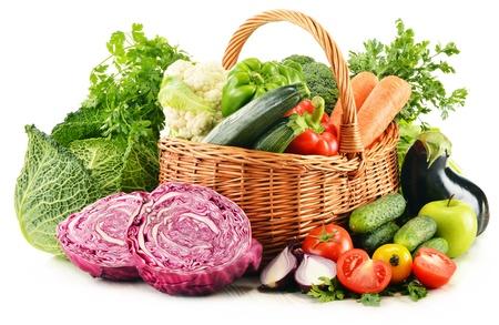 alimentacion balanceada: Composición con variedad de verduras orgánicas frescas aisladas en blanco