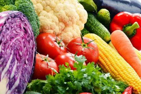 alimentacion balanceada: Composición con variedad de verduras orgánicas frescas crudas Foto de archivo