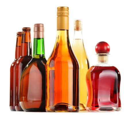 alcool: Boissons alcoolis�es assortis isol� sur fond blanc