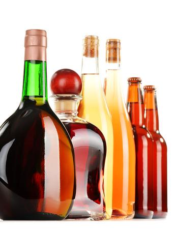 bebidas alcoh�licas: Bebidas alcoh�licas clasificadas aisladas sobre fondo blanco