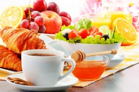 colazione: Prima colazione con caffè, succo d'arancia, croissant, uova, verdura e frutta Archivio Fotografico