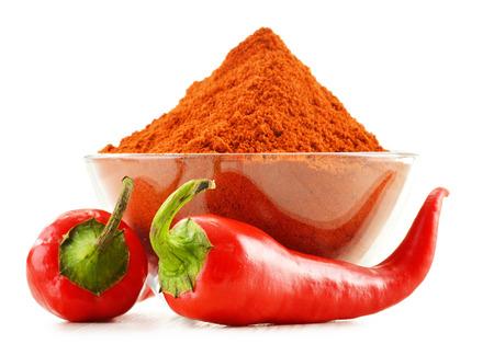 Glazen schaal met rode hete chili peper op wit wordt geïsoleerd