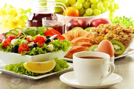 alimentacion balanceada: Desayuno con café, zumo, croissants, ensalada, muesli y huevo bufé sueco