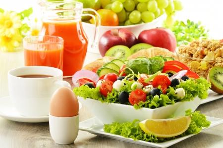 alimentacion balanceada: Desayuno con caf�, zumo, croissants, ensalada, muesli y huevo buf� sueco