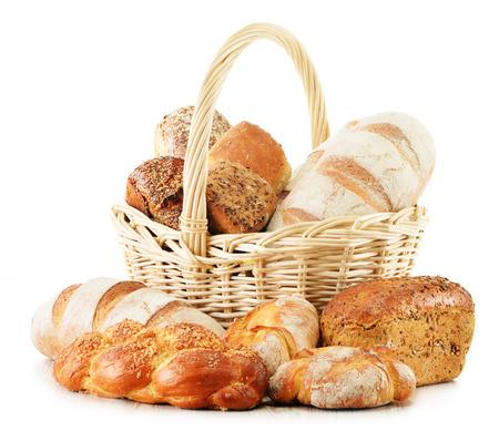 canasta de pan: Cesta de mimbre con productos de la hornada aislados en blanco