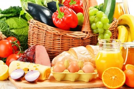 alimentacion balanceada: Composición con productos comestibles orgánicos variados