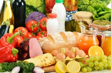 alimentacion equilibrada: Composici�n con la variedad de productos comestibles Foto de archivo