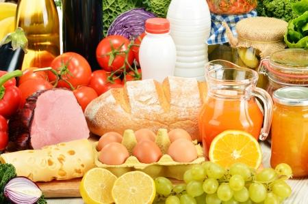 alimentacion balanceada: Composición con la variedad de productos comestibles Foto de archivo