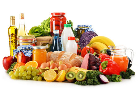 alimentacion balanceada: Composición con la variedad de productos comestibles aislados en blanco