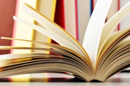 portadas de libros: Composici�n con gafas y libros sobre la mesa
