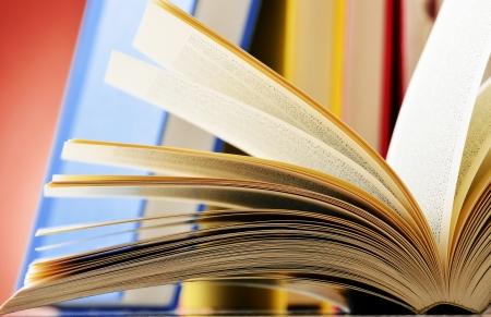 prosa: Composizione con gli occhiali e libri sul tavolo