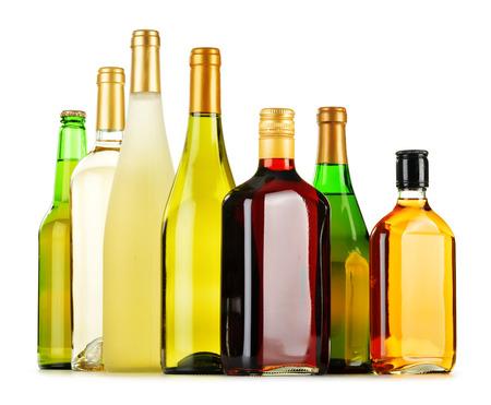 destilacion: Botellas de bebidas alcohólicas clasificados aislados en el fondo blanco