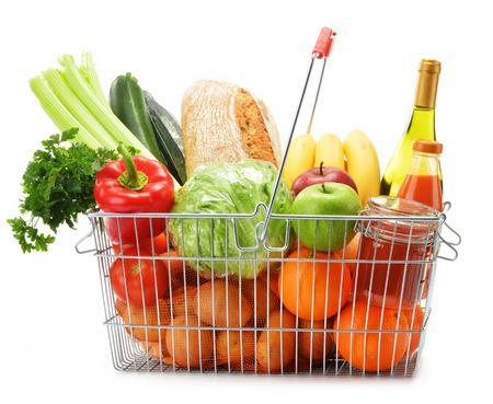 canasta de pan: Alambre cesta de la compra con alimentos aislados en blanco