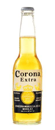 botellas de cerveza: Corona Extra, una de las cervezas de mayor venta en todo el mundo es una lager rubia producida por Cervecer�a Modelo en M�xico