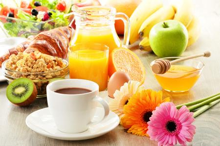 alimentacion balanceada: Desayuno con café, zumo, croissants, ensalada, muesli y el huevo. Bufé sueco Foto de archivo