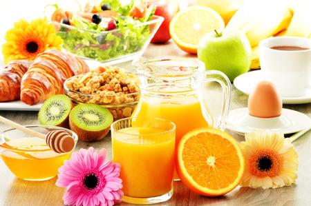 Frühstück mit Kaffee, Saft, Croissant, Salat, Müsli und Ei. Schwedisches Buffet