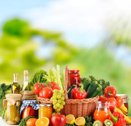 alimentacion balanceada: Dieta equilibrada basada en vegetales orgánicos crudos Foto de archivo