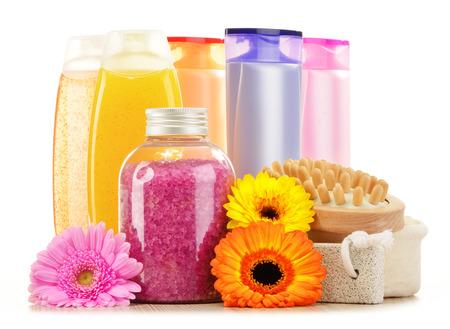aseo personal: Composición con botellas de plástico de cuidado corporal y productos de belleza