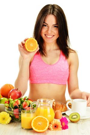 alimentacion balanceada: Mujer joven que desayuna. Dieta equilibrada.