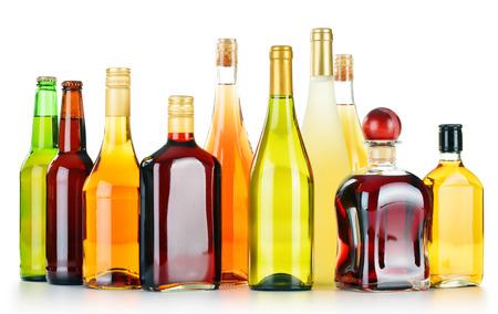 bebidas alcohÓlicas: Botellas de bebidas alcohólicas clasificados aislados en el fondo blanco