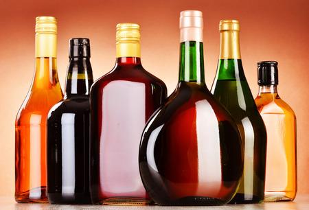 botella de licor: Botellas de bebidas alcohólicas surtido incluyendo cerveza y vino Foto de archivo