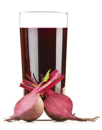 betabel: Vidrio con el jugo de las verduras frescas aisladas sobre dieta Detox blanco