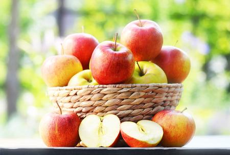 alimentacion balanceada: Manzanas org�nicas en la dieta equilibrada jard�n Foto de archivo