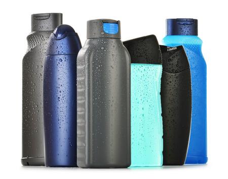 productos de aseo: Composición con botellas de plástico de cuidado corporal y productos de belleza
