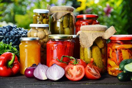 Jars of eingelegtes Gemüse im Garten.