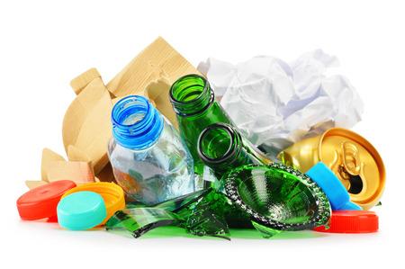 reciclar: Composici�n con basura reciclable que consiste en vidrio, pl�stico, metal y papel aisladas sobre fondo blanco Foto de archivo