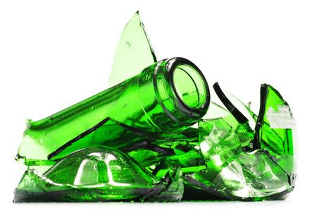 vidrio roto: Los pedazos de vidrio roto sobre fondo blanco. Reciclaje.