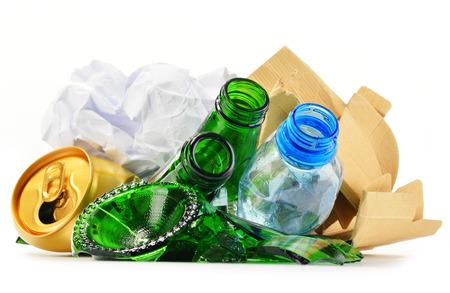 reciclar: Composici�n con la basura reciclable que consiste en vidrio, pl�stico, metal y papel aislados sobre fondo blanco