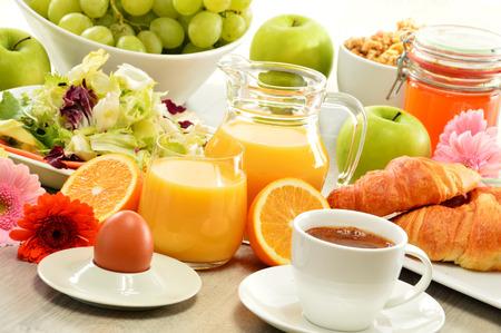 alimentacion balanceada: El desayuno consta de frutas, zumo de naranja, café, miel, pan y huevo. Alimentación equilibrada Foto de archivo
