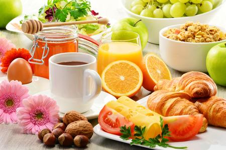 petit dejeuner: Le petit-d�jeuner compos� de fruits, jus d'orange, caf�, miel, pain et oeufs. Une alimentation �quilibr�e Banque d'images