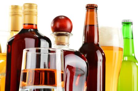 bebidas alcohÓlicas: Botellas y vasos de bebidas alcohólicas surtidos sobre fondo blanco
