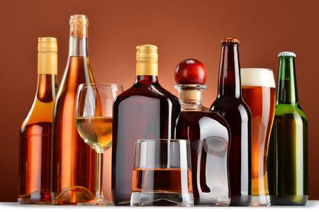 Flaschen und Gläser sortierte alkoholische Getränke. Standard-Bild - 33992409