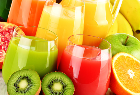 alimentacion sana: Composición con vasos de jugos de frutas variadas. Dieta Detox