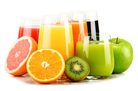 tomando jugo: Composici�n con vasos de jugos de frutas variadas aisladas en blanco. Dieta Detox