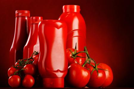 Komposition mit Ketchup und frischen Tomaten.